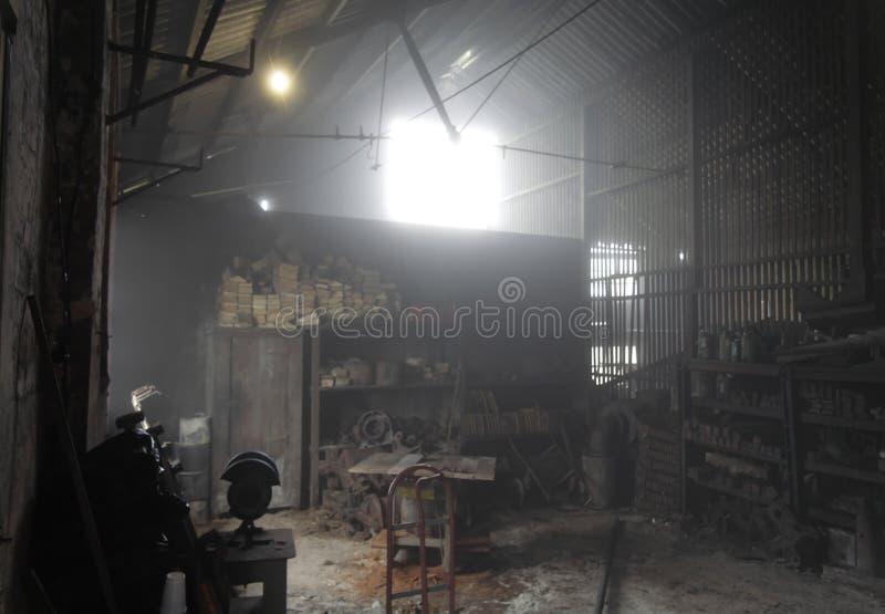 Werkstatt im Nebel stockbilder