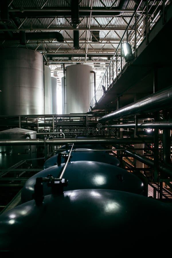 Werkstatt mit Stahltanks, Rohren und Maschinerie lizenzfreies stockfoto