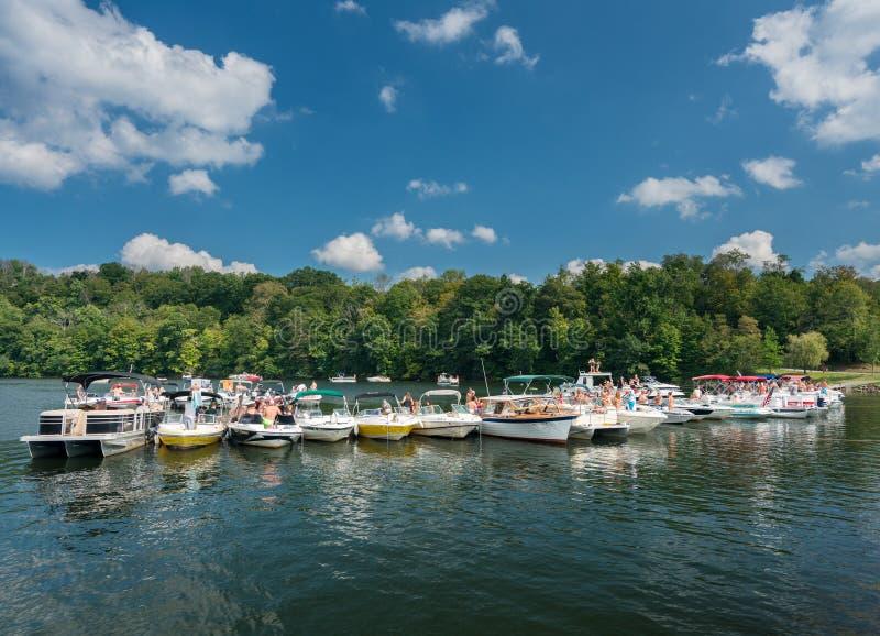 Werktagsbootfahrtpartei auf Cheat See Morgantown WV lizenzfreies stockbild