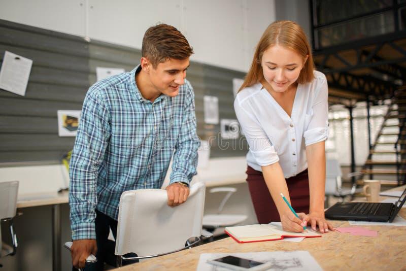 Werktijd Bedrijfs concept Bedrijfsmensen die grafieken en grafieken het tonen bespreken stock afbeelding
