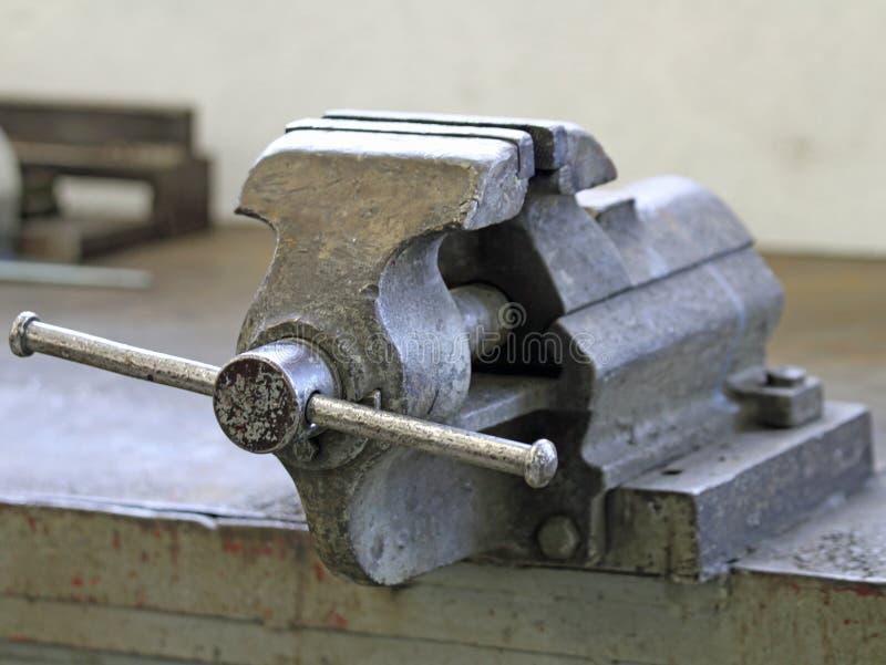Werktisch eines Schmiedes in einer mechanischen Werkstatt lizenzfreie stockbilder