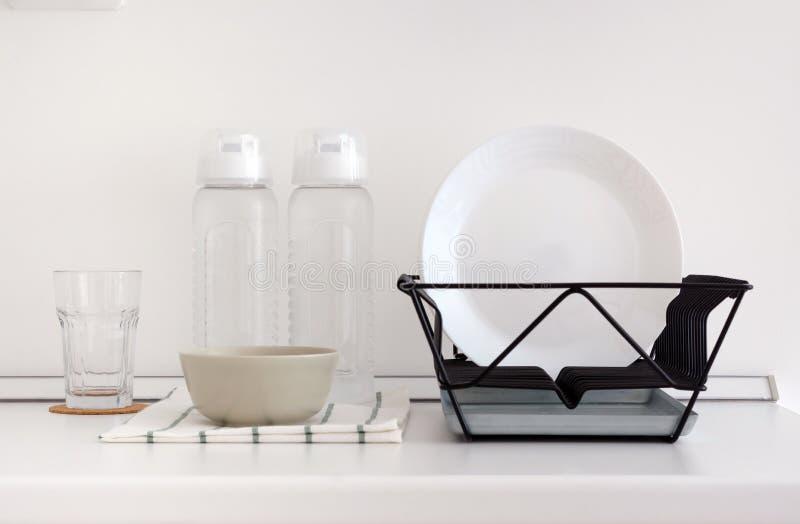 Werktuig op witte hoogste teller in keuken stock fotografie