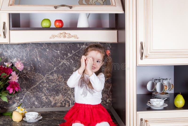 Werktuigen en getrokken voedselhand Keukenmeubilair en mooie baby in de keuken royalty-vrije stock fotografie