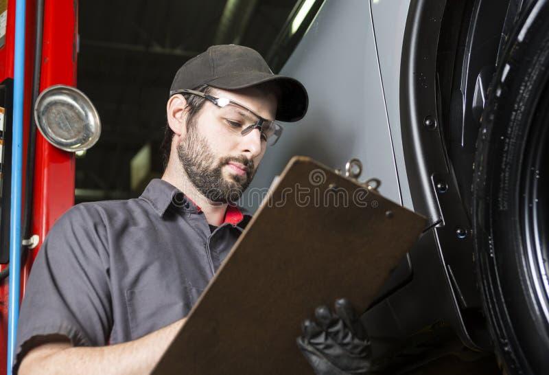 Werktuigkundige die aan auto in zijn winkel werken royalty-vrije stock fotografie