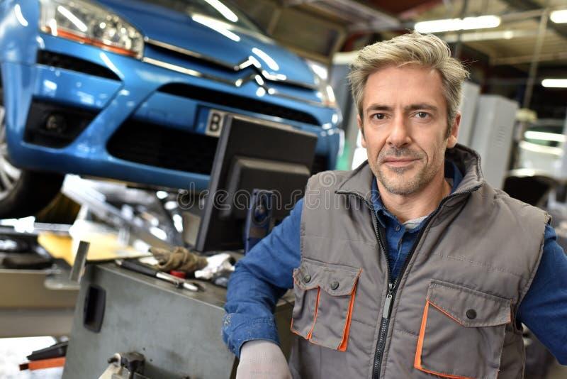 Werktuigkundige die aan autoherstellingen werken stock foto's