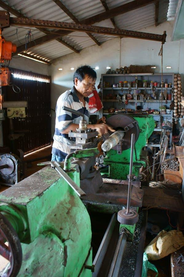 Werktuigkundige die mechanische workshop werken stock afbeeldingen