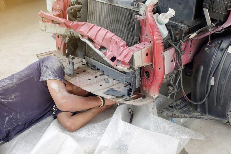 Werktuigkundige die onder auto werken - auto de dienstgarage stock foto