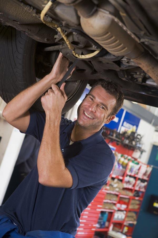 Werktuigkundige die onder auto werkt