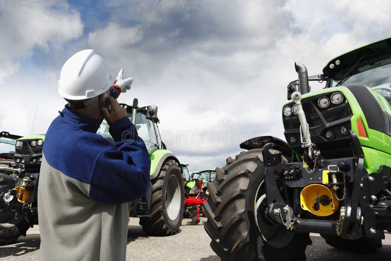 Werktuigkundige die op grote de landbouwtractoren richten stock fotografie