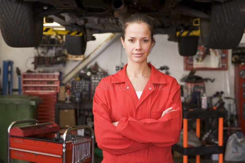 Werktuigkundige die zich in garage bevindt royalty-vrije stock foto
