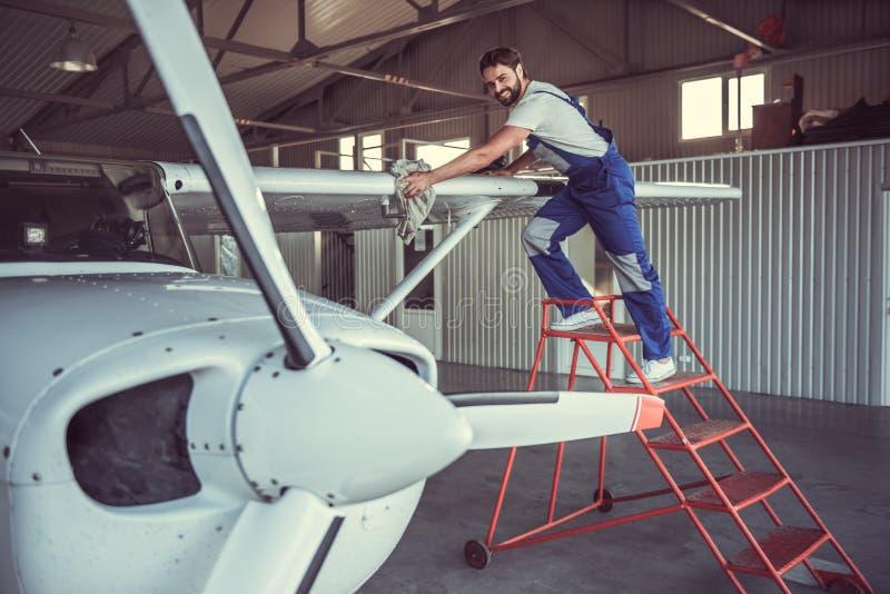 Werktuigkundige en vliegtuigen stock foto's