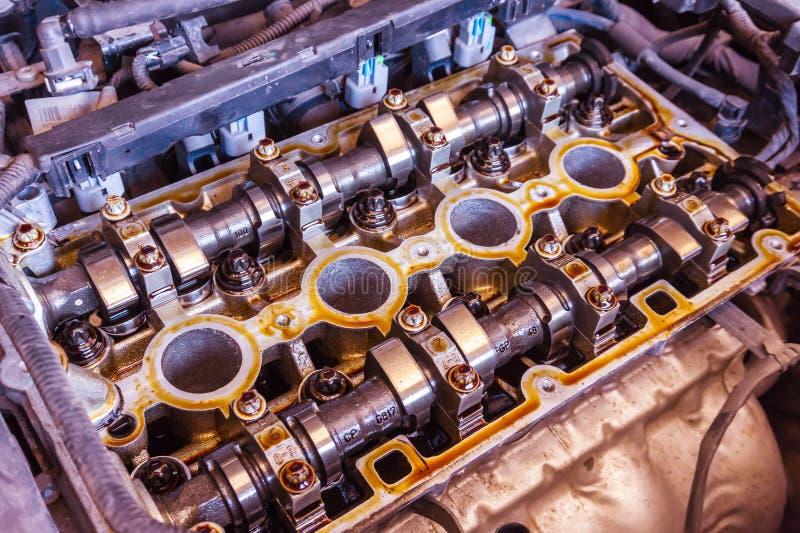 Werktuigkundige met van de moersleutel het werk en reparatie motor van een auto in het centrum van de autodienst royalty-vrije stock afbeelding
