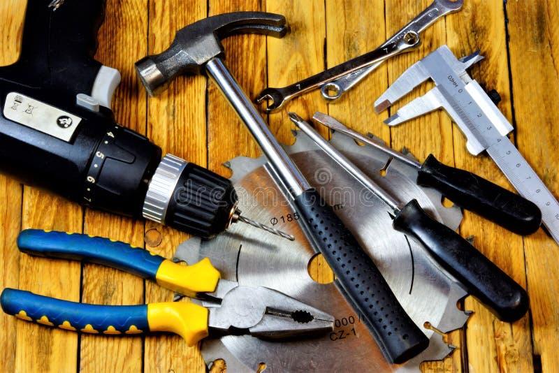 Werkzeug auf hölzernem Hintergrund, Vatertagsfeiertag Populäres Bauschlosserwerkzeug für Kreativitäthammer, Zangen, Schraubenzieh lizenzfreie stockfotografie