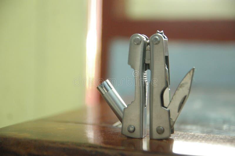 Werkzeug erweiterte den blauen Hintergrund der Werkzeuge und der Zangen - handlich - kompakter Abschluss oben stockbilder