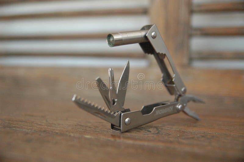 Werkzeug erweiterte den blauen Hintergrund der Werkzeuge und der Zangen - handlich - kompakter Abschluss oben lizenzfreie stockbilder