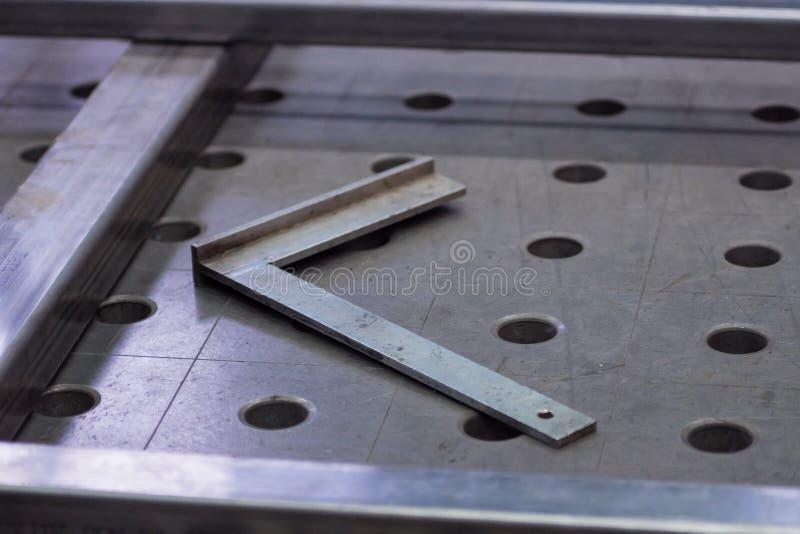 Werkzeug für das Messen von Winkeln, liegend auf einer Aufspannfläche lizenzfreies stockfoto