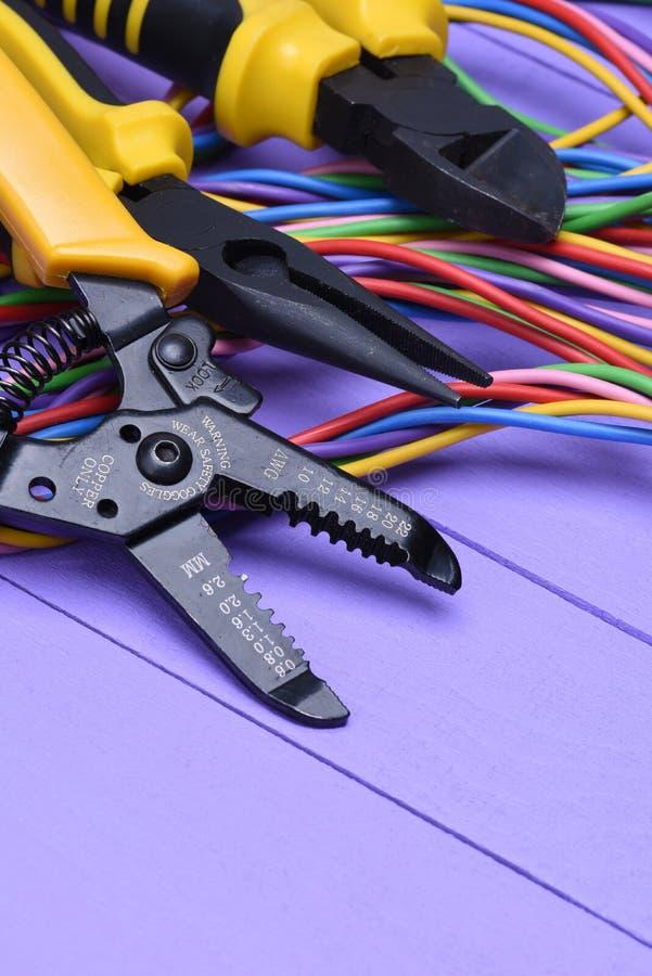 Werkzeug Und Kabel Für Elektrische Installation Auf Hölzernem Brett ...