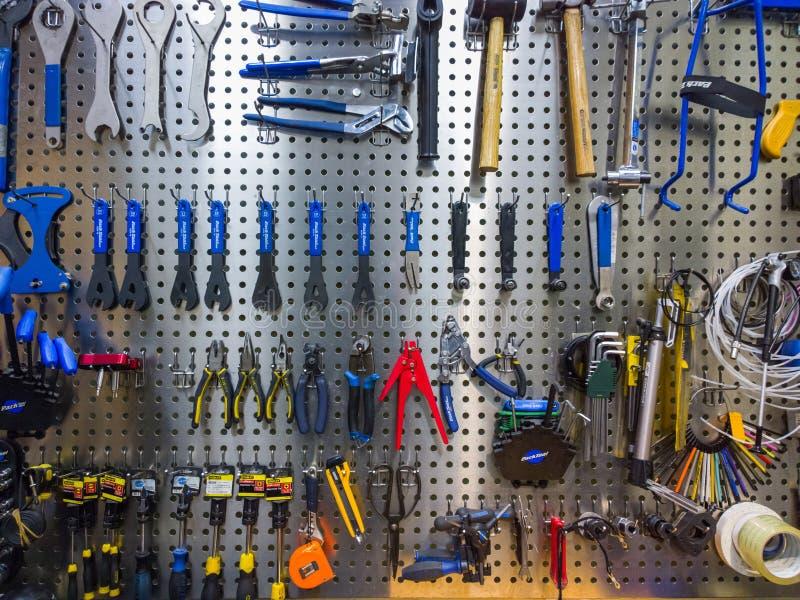 Werkzeuge auf der Wand stockbild