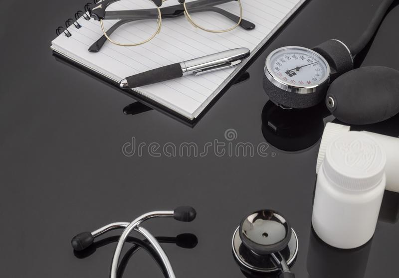 Werkzeuge benutzt in der Medizin, Beratung eines Doktors stockfotos