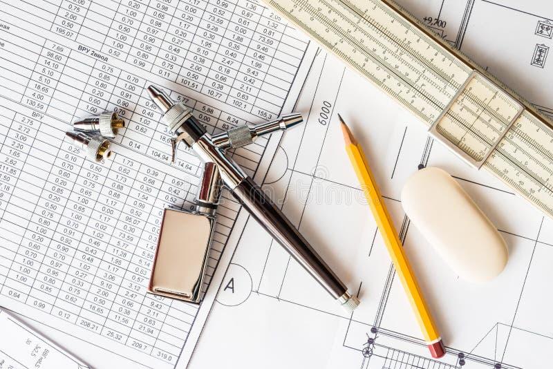 Werkzeuge für auf dem Tisch zeichnen stockbilder