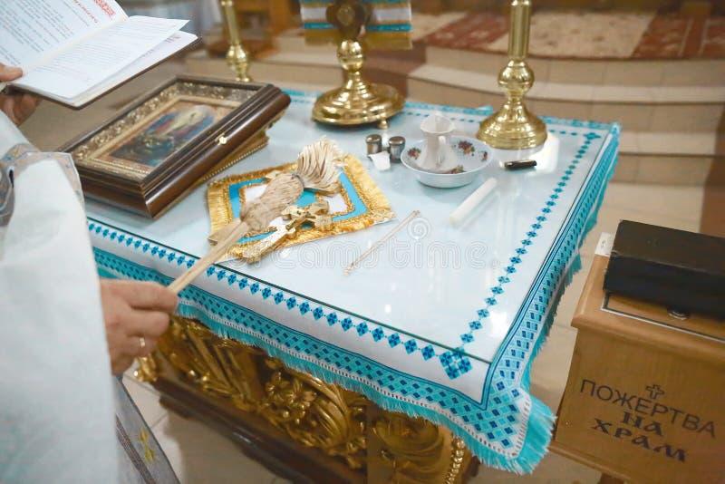 Werkzeuge für Babytaufe Weihe eines Kreuzes der Kinder Katholizismus, das Konzept des Christentums lizenzfreies stockfoto