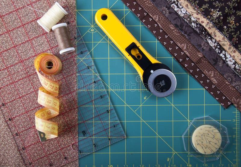 Werkzeuge für das Patchwork auf der Matte für Patchwork lizenzfreie stockfotos