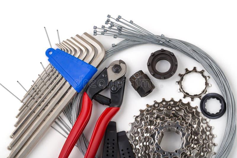 Werkzeuge für Fahrradreparatur Auf einem weißen Hintergrund Inneres Gangkabel, Quetschwalzen, Kassette stockfoto