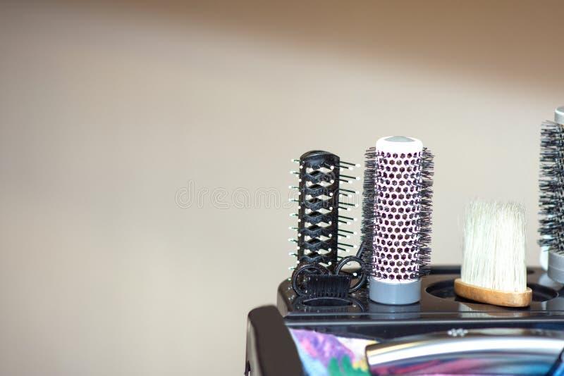 Werkzeuge im Friseursalon auf dem Stand lizenzfreie stockfotos