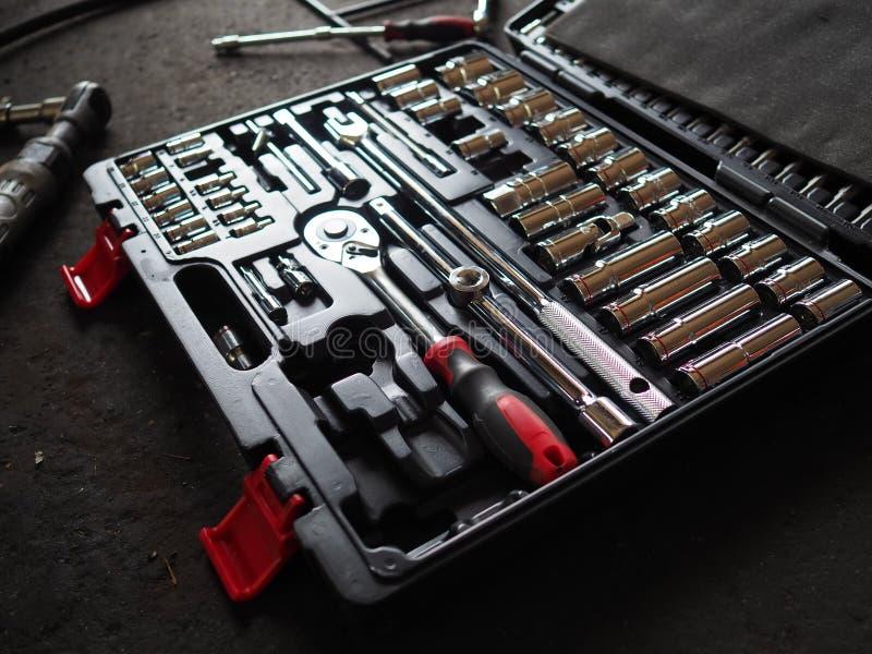 Werkzeuge im Werkzeugkasten, der auf dem Boden liegt Zurückhaltendes getontes Bild stockfotografie