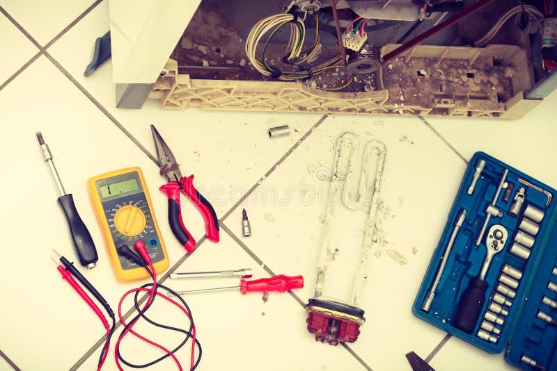 Werkzeuge mit Waschmaschine stockbilder