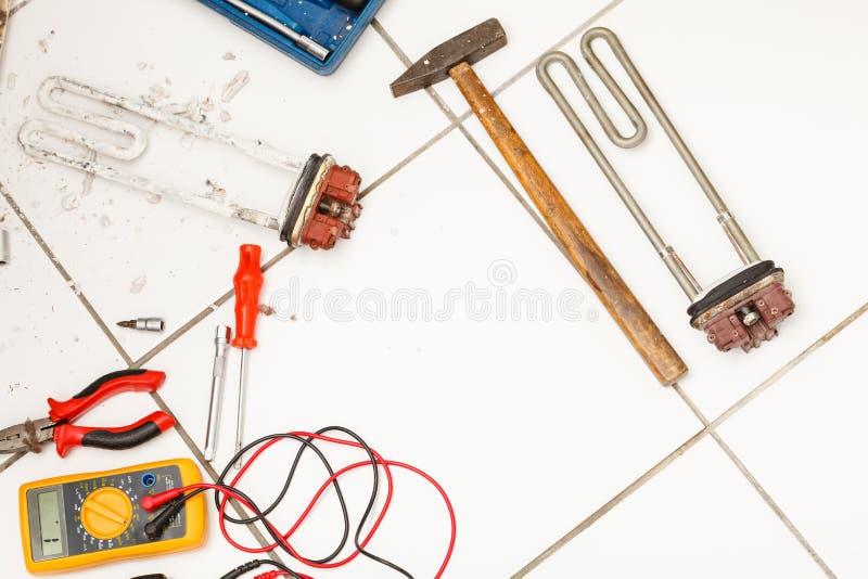 Werkzeuge mit Waschmaschine stockbild