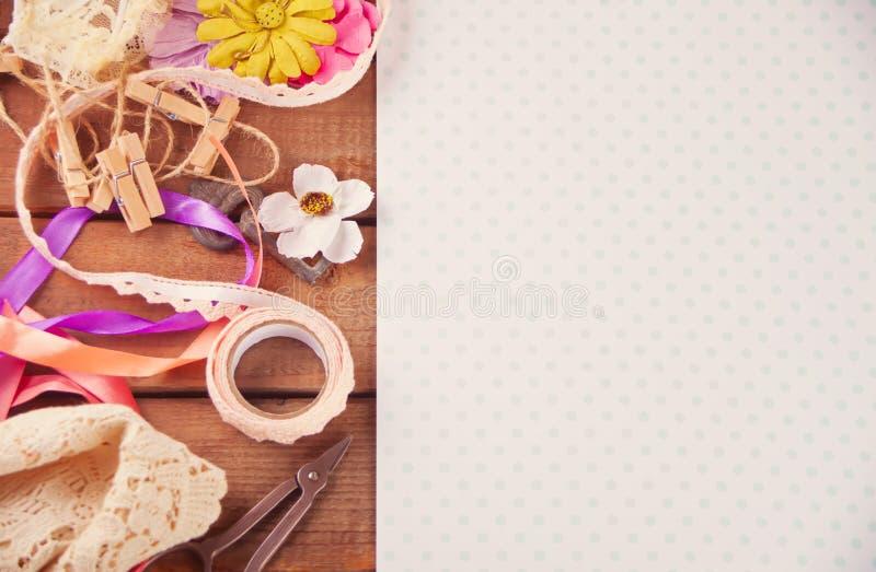 Werkzeuge und Materialien für die Kreativität auf dem Tisch zerstreut Scrapbooking, kreative Verwirrung Leerer Platz für Text Bes lizenzfreie stockfotos