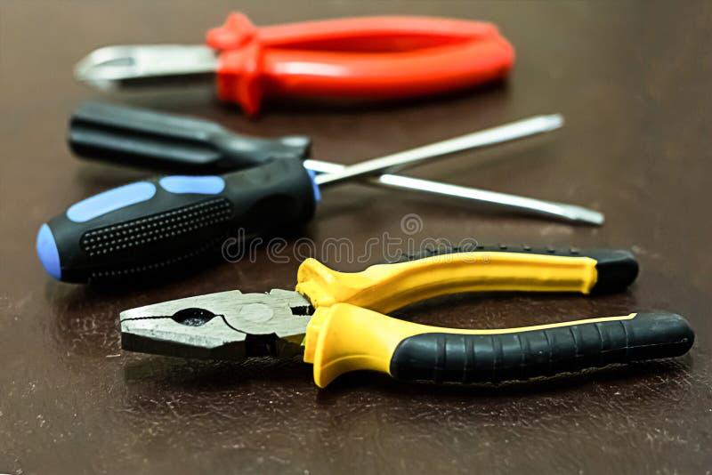 WerkzeugInstandsetzungshandbuch-Zangen schwarzes gelbes kontrastierendes screwdriv zwei lizenzfreies stockfoto