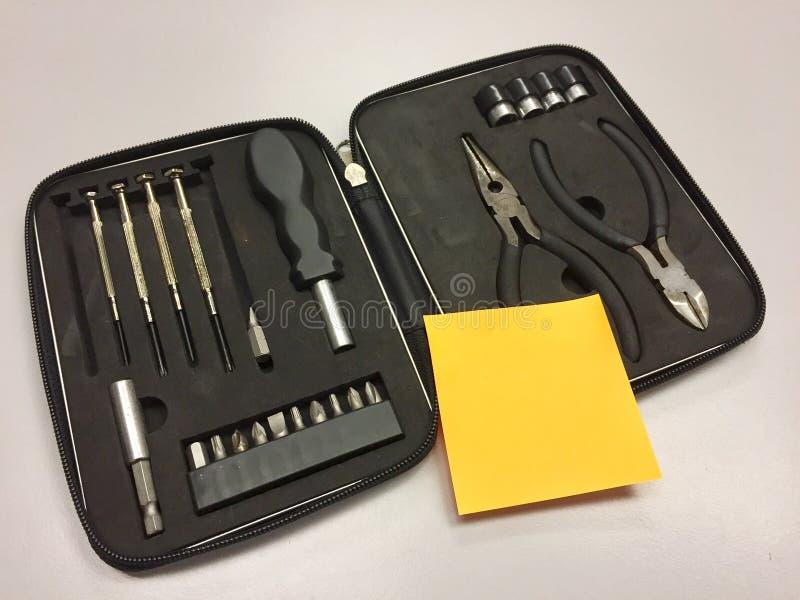 Werkzeugkasten und klebrige Anmerkung lizenzfreies stockfoto