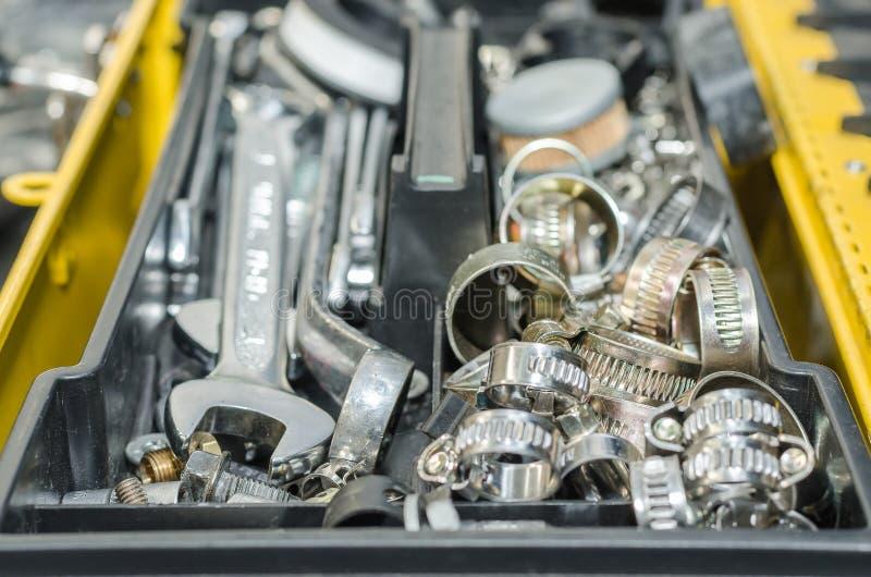 Werkzeugkasten und mechanische Werkstattwerkzeuge stockfoto