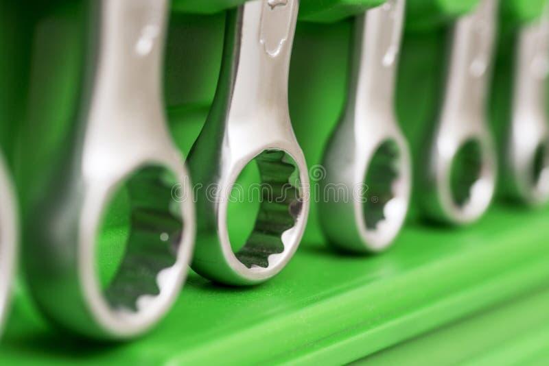 Werkzeugkasten, Werkzeugausrüstungs-Detailabschluß oben Satz des Sockelschlüssels in der Plastikkastennahaufnahme Stellen Sie von lizenzfreies stockbild