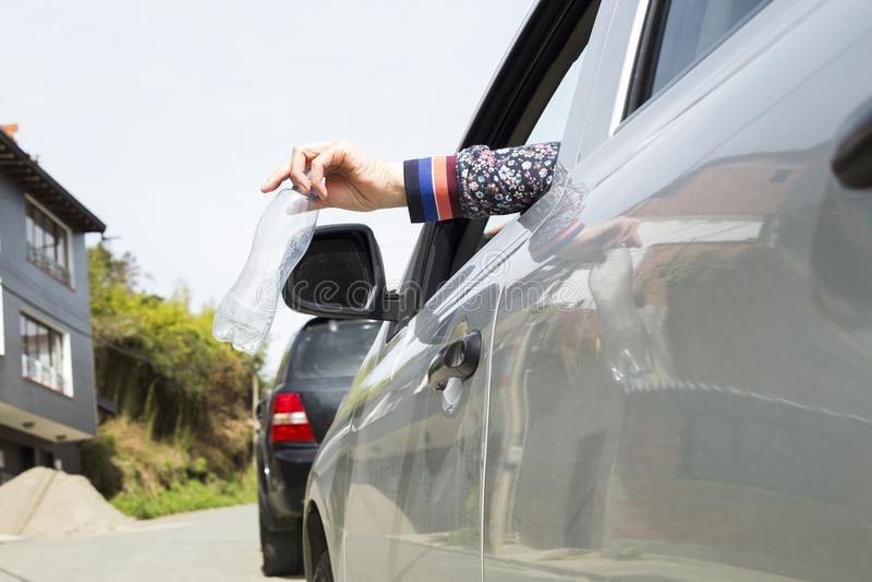 Werp plastic fles van de auto royalty-vrije stock foto