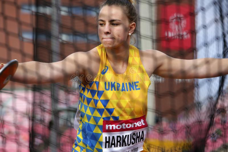 Werpen het Oekraïense spoor van DARIA HARKUSHA en de gebiedsatleet op discus in het IAAF-Wereldu20 Kampioenschap Tampere, Finland stock afbeeldingen