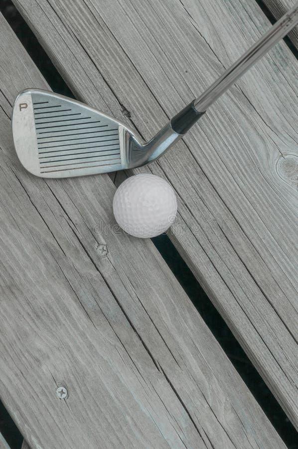 Werpende Wig en Golfbal stock foto's