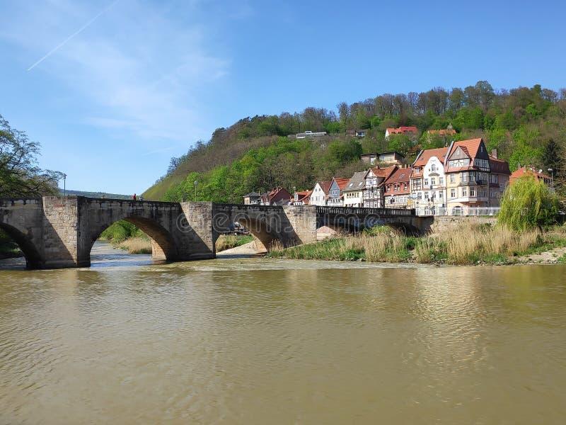 Werra flod i Hann Muenden med gammalt stenar bron och det Blume området arkivfoto