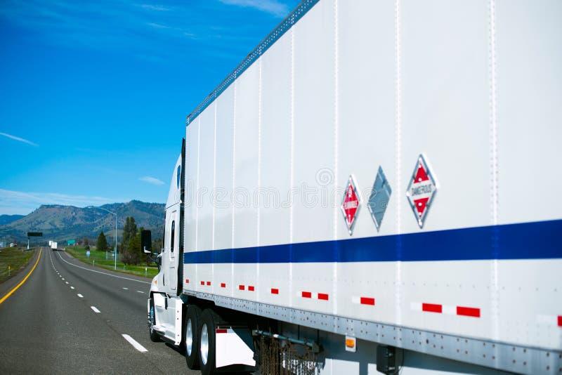 Werry白色卡车和拖车清楚干净有效在straght r 免版税库存照片