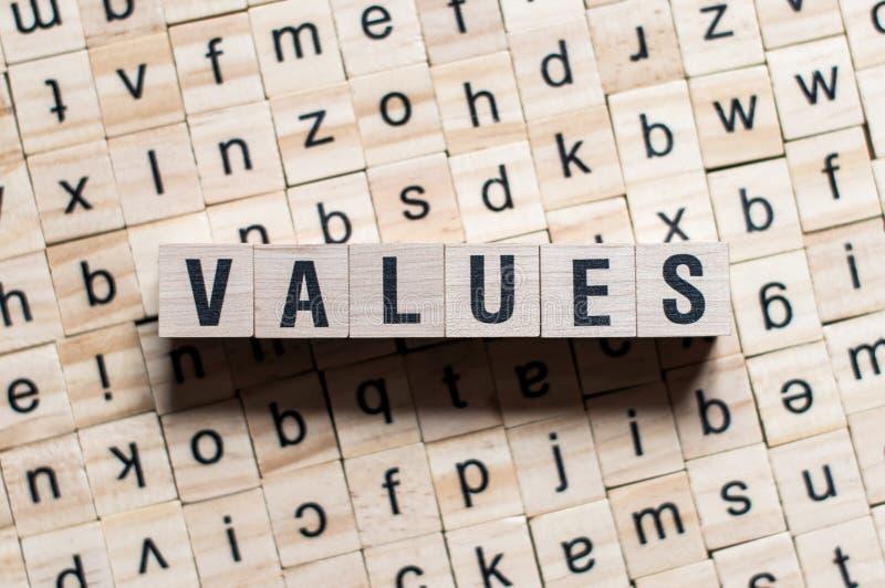 Werte für Worthintergrund auf Holzblöcken stockfotos