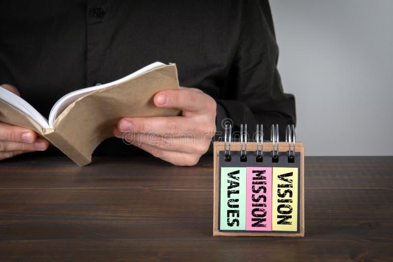 Werte-, Mission- und Vision-Konzept Mann liest ein Buch lizenzfreies stockbild