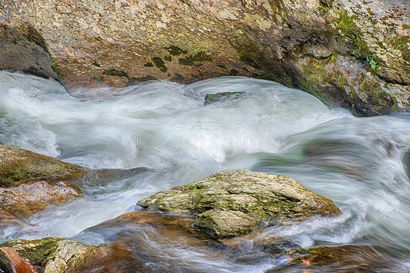 Wervelend Meeslepend Water in Tennessee Mountain Stream stock afbeelding