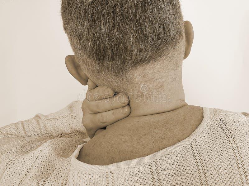 Wervelsymptoom die van de mensen het pijnlijke hals aan ontsteking lijden royalty-vrije stock foto's