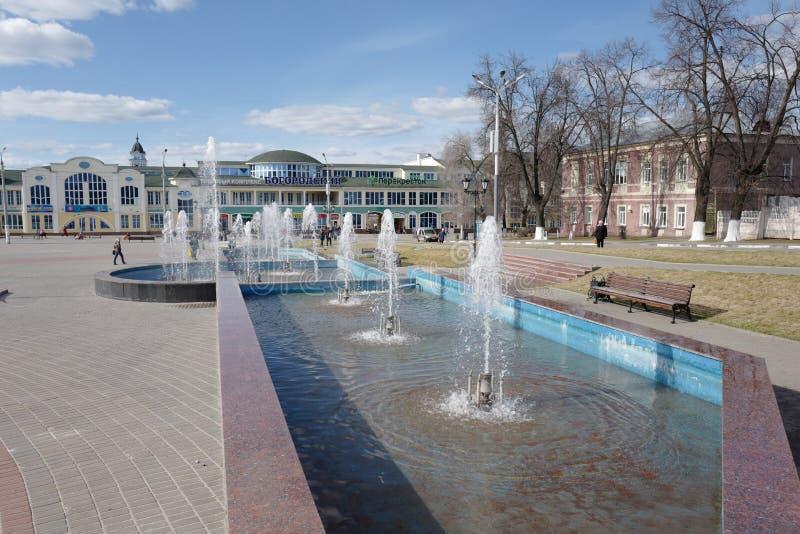 Weryfikaci włączenie fontanna przy końcówką Kwiecień Noginsk Rosja obrazy stock