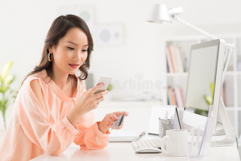 Weryfikować równowagę na telefonie komórkowym fotografia royalty free