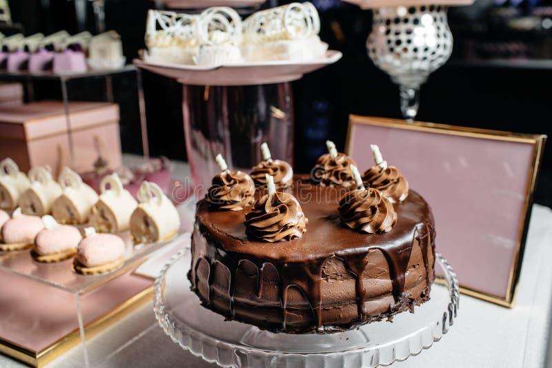 Wesele deseru stół z wyśmienicie dekorującym białym c zdjęcie royalty free