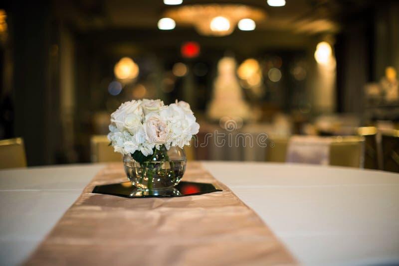 Wesele stół z prostym różanym centerpiece fotografia stock