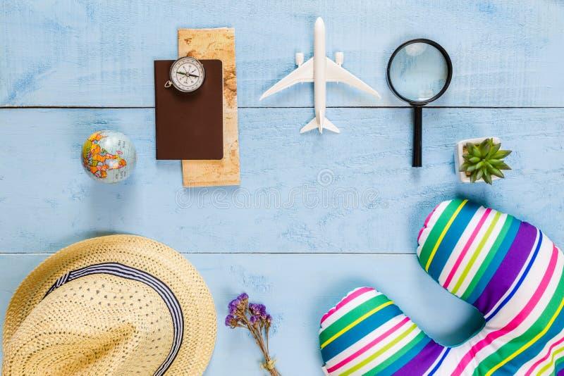 Wesentliche Reiseeinzelteile der Draufsicht Karte, Pass, Flugzeug, blaues w stockfotos